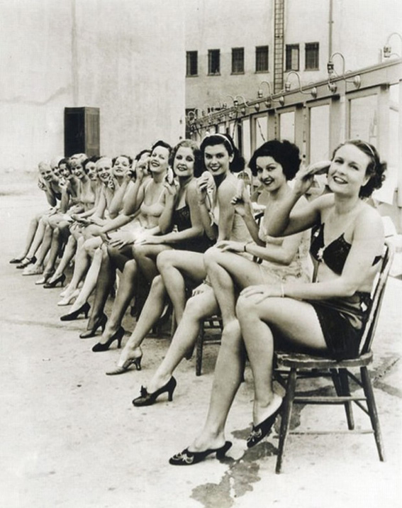 Women-synchronising-knee-lifting