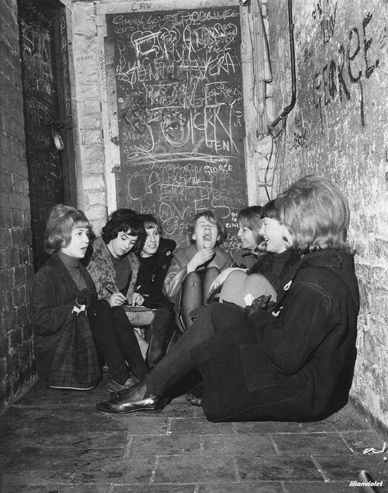girls-waiting-for-the-beatles-lunchtime-session-the-cavern-club-1960s