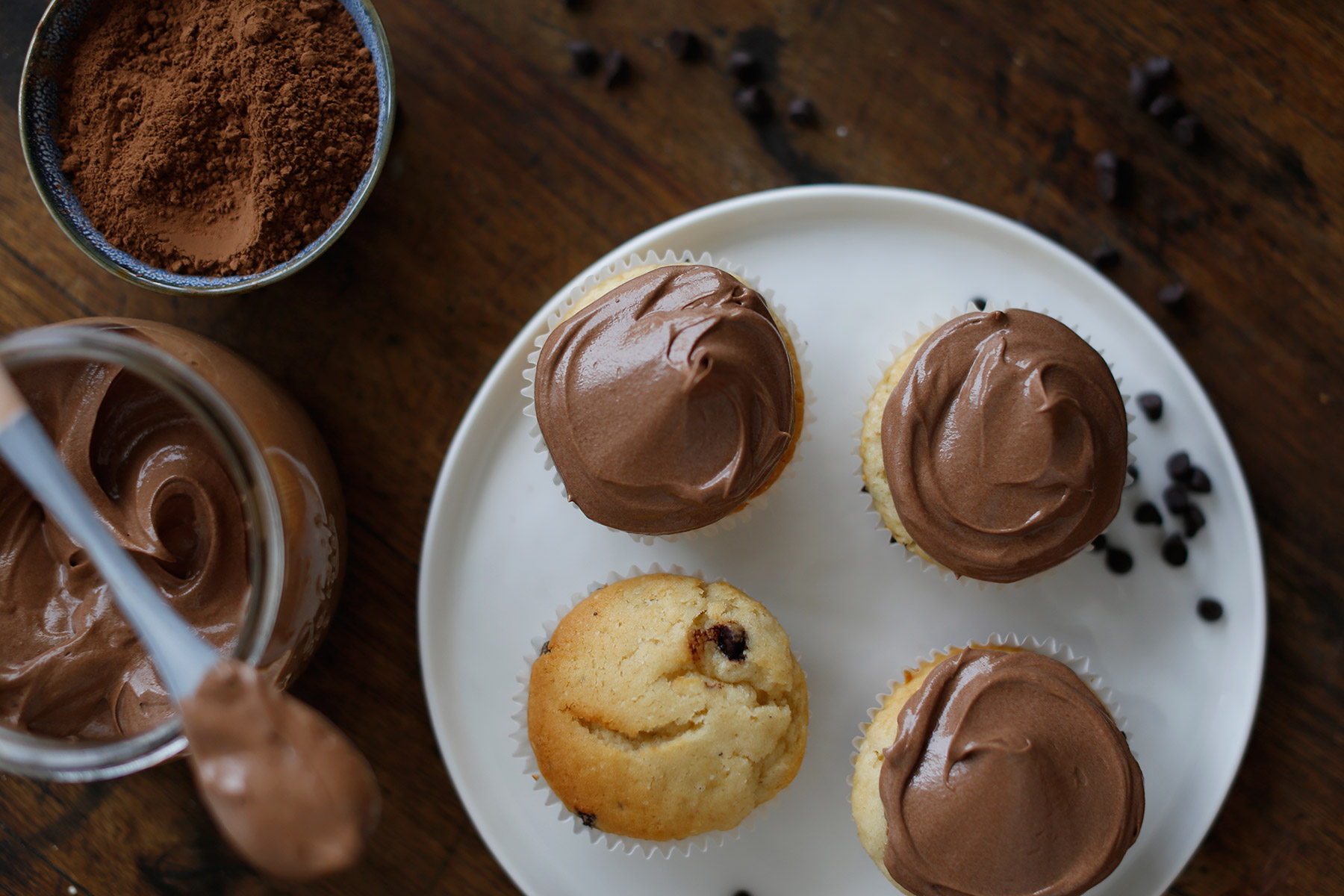 Dark-Chocolate-and-Vanilla-Cupcakes-with-Milk-Chocolate-Icing-2